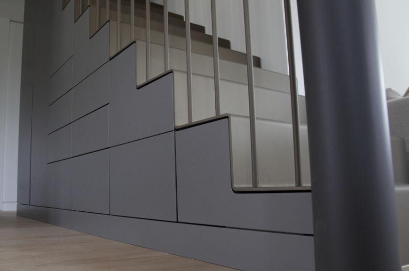 Freitragende Treppe in grau